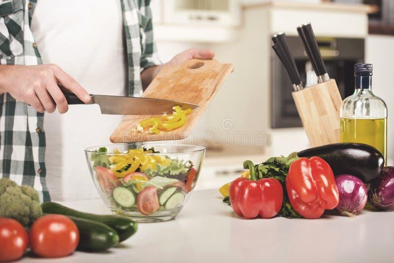 Mens die thuis het voorbereiden van maaltijd in keuken koken royalty-vrije stock foto