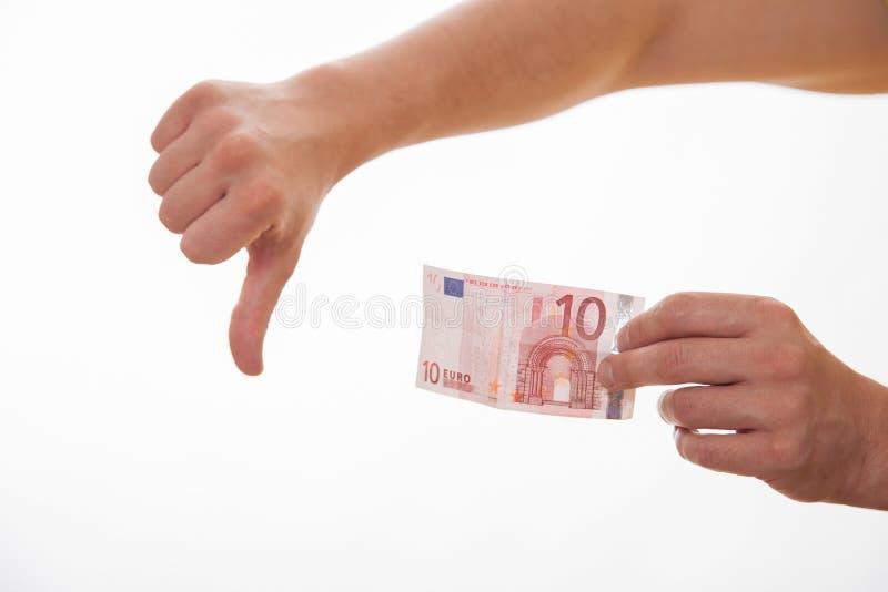 Mens die tien euro houden en duim de tonen ondertekent neer royalty-vrije stock foto