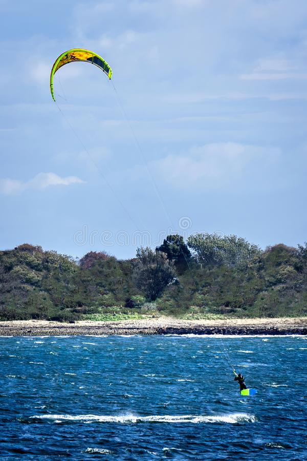 Mens die tijdens vlieger opstijgt die, op een mooie zonovergoten dag in Rhodes Island inscheept stock afbeeldingen
