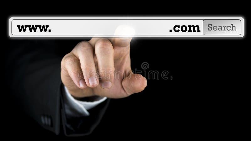 Mens die tot een domeinnaam op het virtueel scherm toegang hebben stock foto