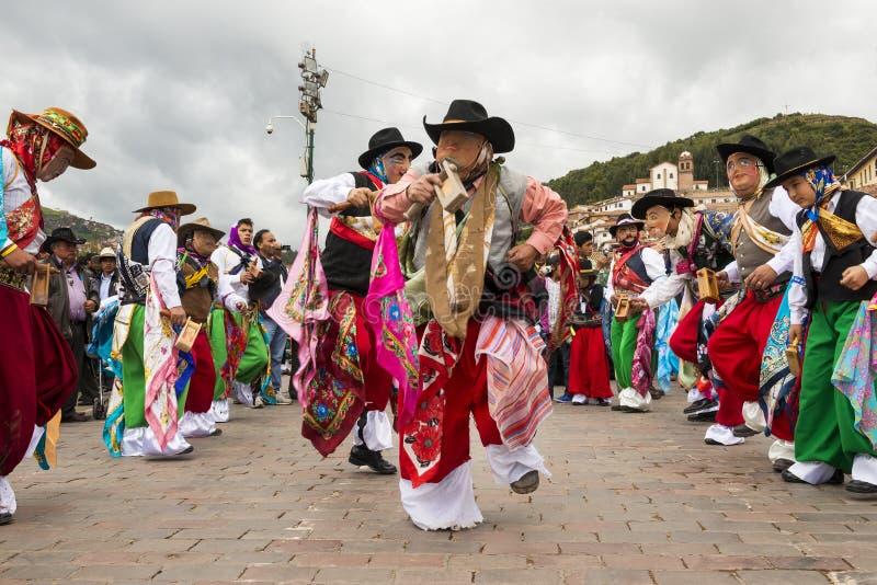 Mens die traditionele kleren en maskers dragen die Huaylia in de Kerstmisdag voor de Cuzco-Kathedraal in Cuzco, Peru dansen stock afbeelding
