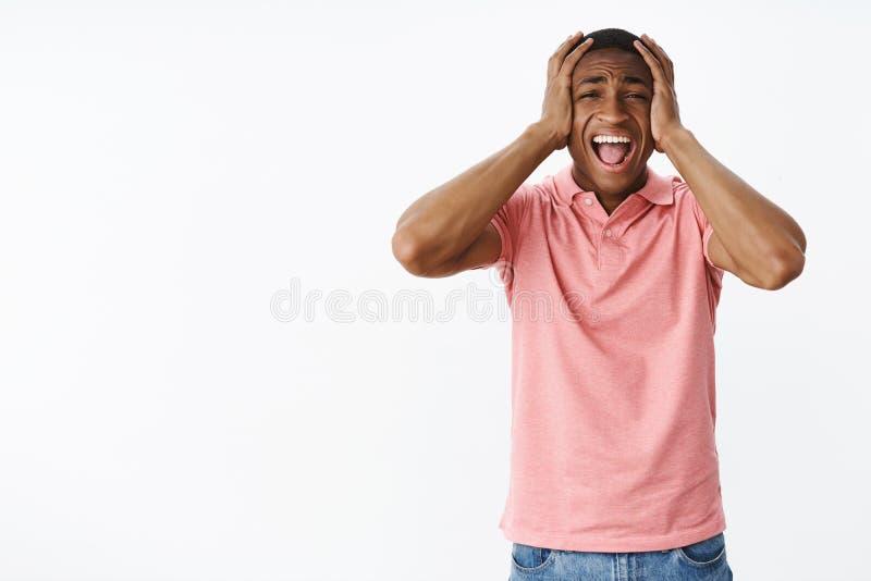 Mens die uit luide verliezende controle die van gevoel gillen, behandelende niet druk over verontrust en betroffen status panicki stock foto's