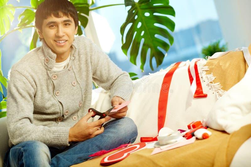 Mens die valentijnskaarthart maken stock afbeelding
