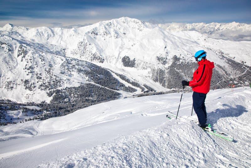 Mens die van de overweldigende mening genieten vóór freeride die in beroemd ski?en royalty-vrije stock afbeeldingen