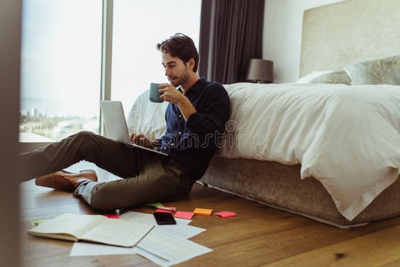 Mens die van Huis werkt royalty-vrije stock foto
