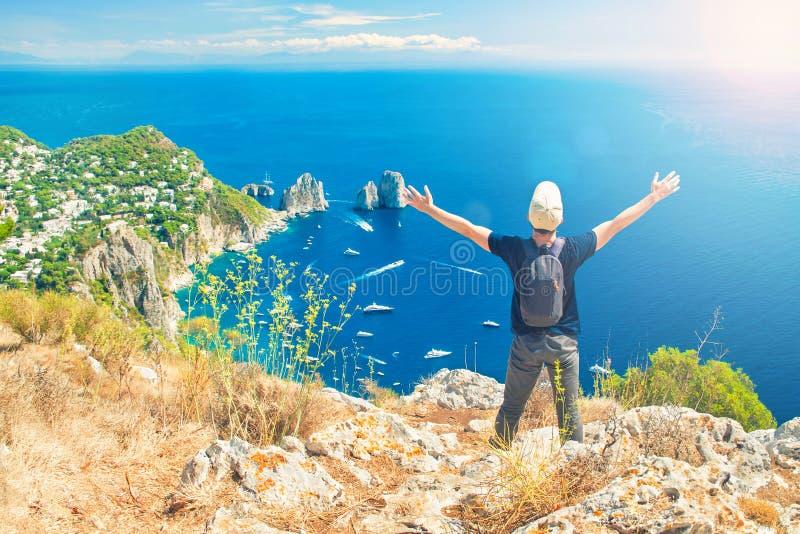Mens die van vrijheid genieten en mening over berg bekijken stock afbeelding