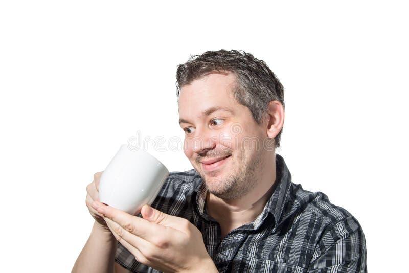 Mens die van zijn koffie houdt stock foto