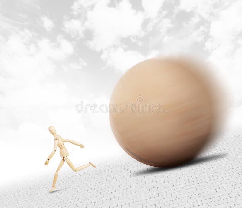 Mens die vanaf een reusachtige houten bal lopen die neer langs de helling rollen stock afbeelding