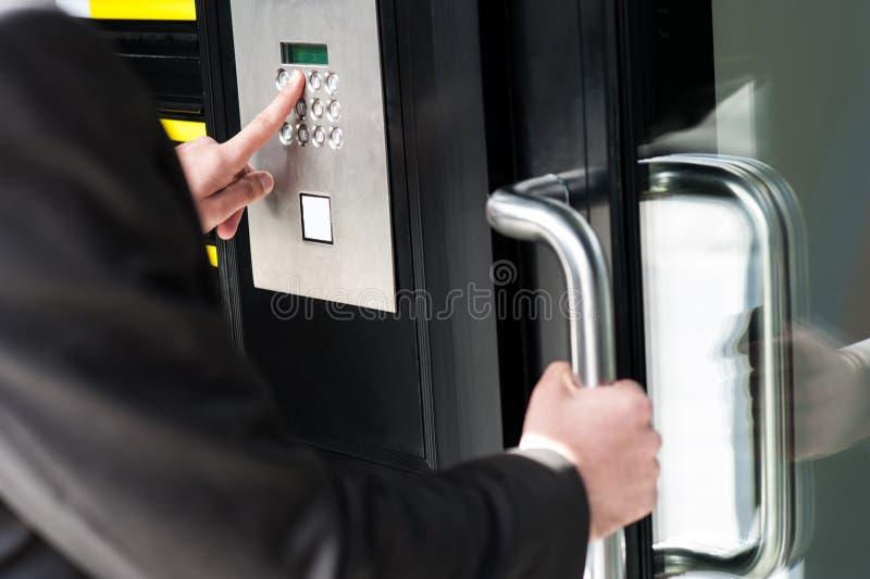 Mens die veiligheidscode ingaan om de deur te openen stock afbeelding
