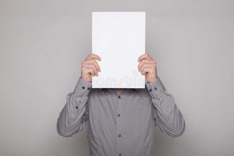 Mens die verbergen met een kartel royalty-vrije stock afbeeldingen