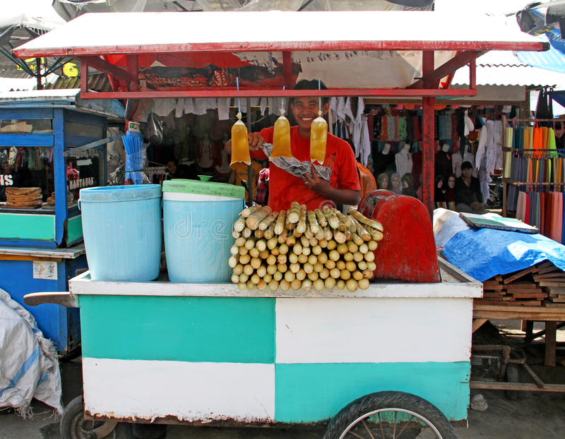 MENS DIE VERS SUGAR CANE JUICE IN INDONESIË VERKOPEN stock foto