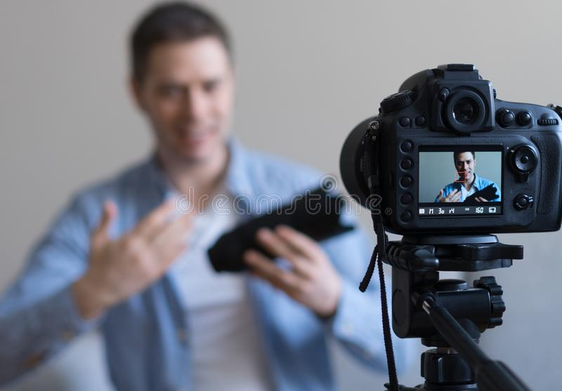 Mens die videoblog maken royalty-vrije stock afbeeldingen