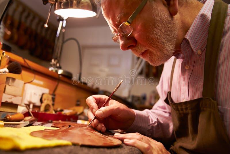 Mens die Viool in Workshop herstellen royalty-vrije stock fotografie