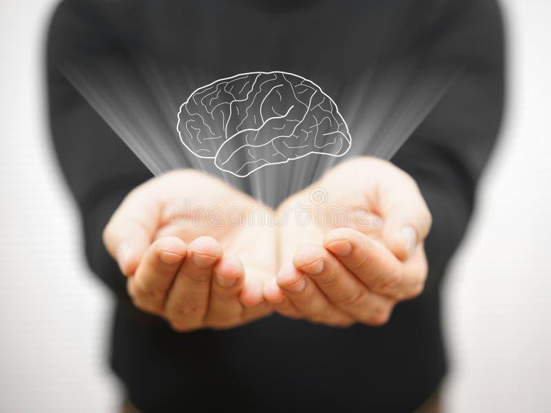 Mens die virtuele hersenen op open palm, ideeconcept tonen royalty-vrije stock foto's
