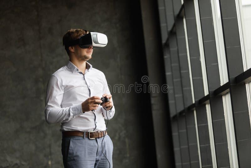 Mens die virtuele werkelijkheidsbeschermende brillen dragen die op films letten of videospelletjes spelen Het ontwerp van de vrho royalty-vrije stock afbeeldingen