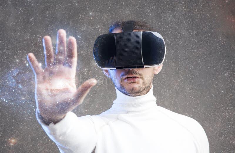 Mens die virtuele werkelijkheidsbeschermende brillen dragen royalty-vrije stock afbeelding