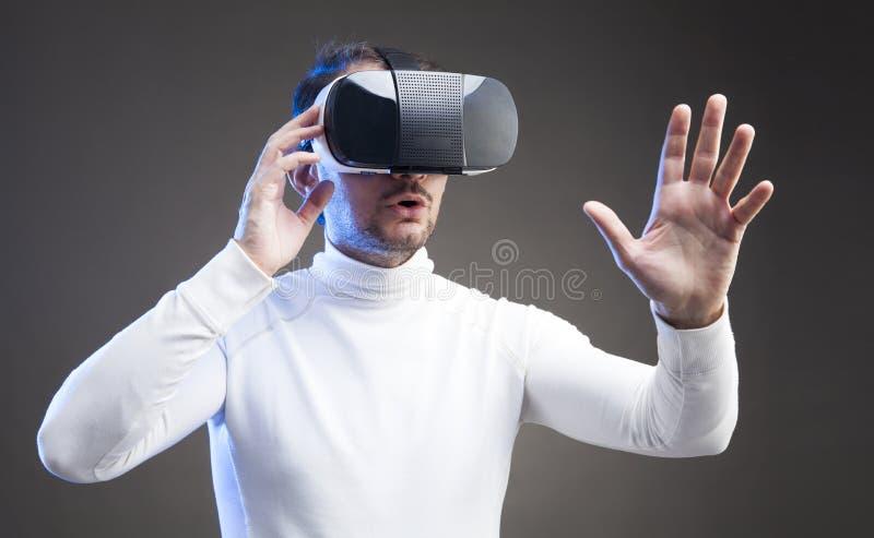 Mens die virtuele werkelijkheidsbeschermende brillen dragen royalty-vrije stock foto