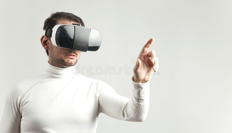 Mens die virtuele werkelijkheidsbeschermende brillen dragen royalty-vrije stock foto's