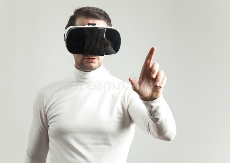 Mens die virtuele werkelijkheidsbeschermende brillen dragen royalty-vrije stock fotografie