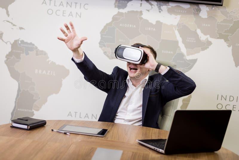Mens die virtuele werkelijkheidsbeschermende brillen, Zakenman dragen die gebaren maken stock foto's