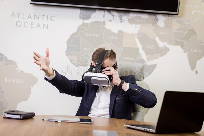 Mens die virtuele werkelijkheidsbeschermende brillen, Zakenman dragen die gebaren maken royalty-vrije stock afbeelding