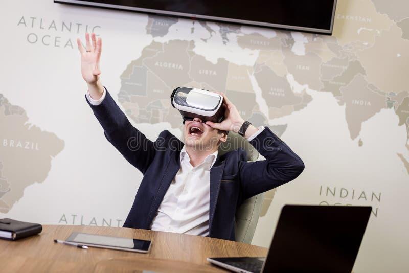 Mens die virtuele werkelijkheidsbeschermende brillen, Zakenman dragen die gebaren maken stock afbeelding