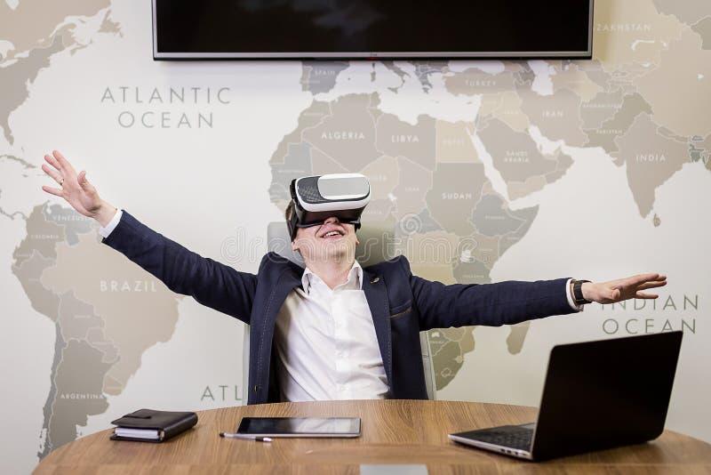 Mens die virtuele werkelijkheidsbeschermende brillen, Zakenman dragen die gebaren maken stock afbeeldingen