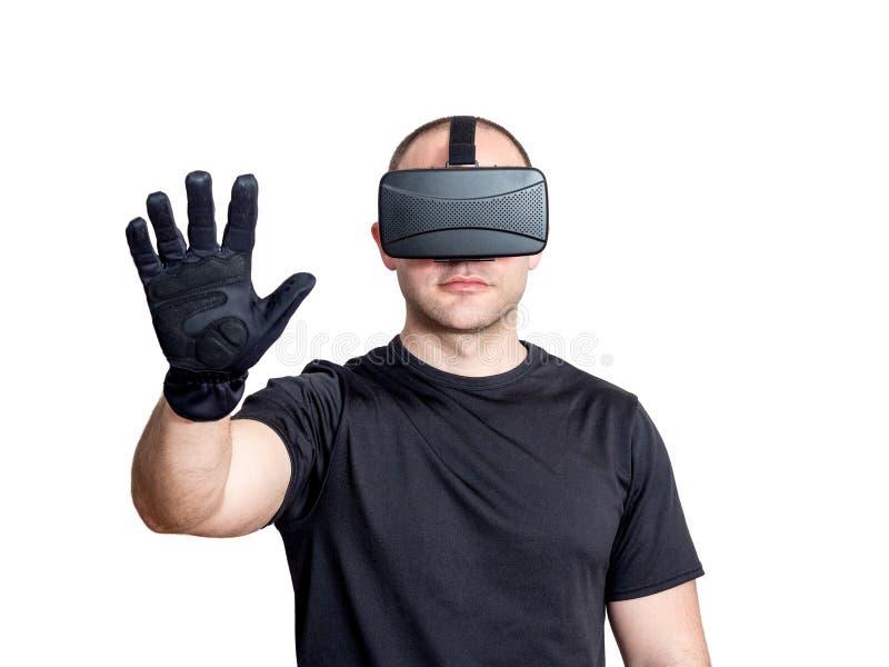 Mens die virtuele werkelijkheidshoofdtelefoon en wat betreft een virtuele interfa met behulp van royalty-vrije stock afbeelding