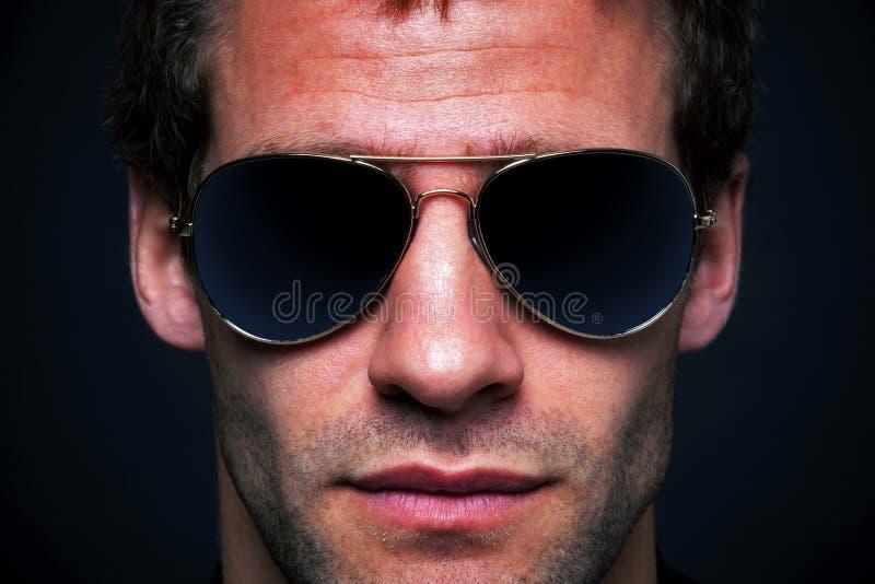 Mens die vliegenierszonnebril draagt stock fotografie