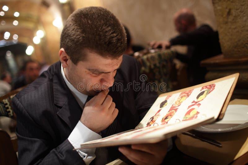 Mens die voedsel kiezen stock afbeelding