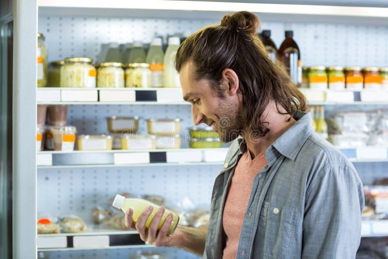Mens die voor kruidenierswinkels winkelen stock afbeelding