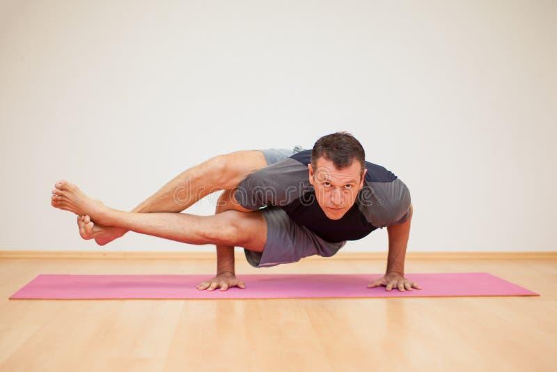 Mens die wat yoga uitoefenen stock fotografie