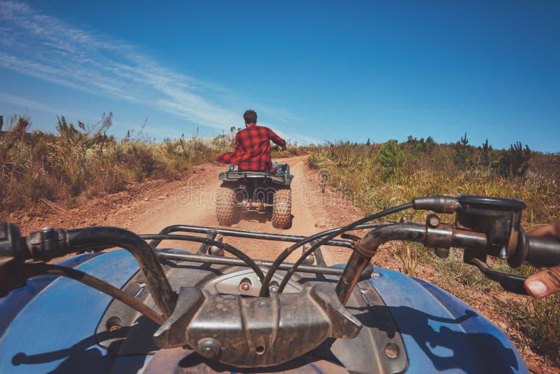 Mens die weg op een ATV afslaan stock foto
