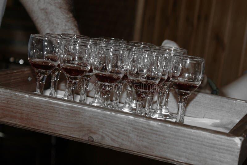Mens die wijnglazen overhandigen stock afbeeldingen
