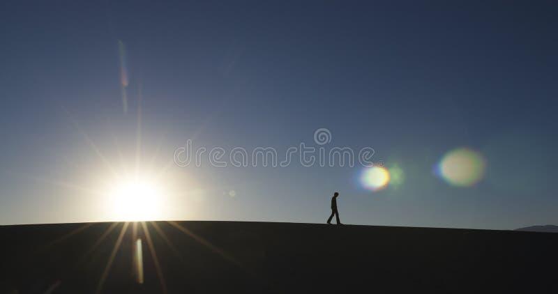 Mens die in Woestijn loopt royalty-vrije stock foto's