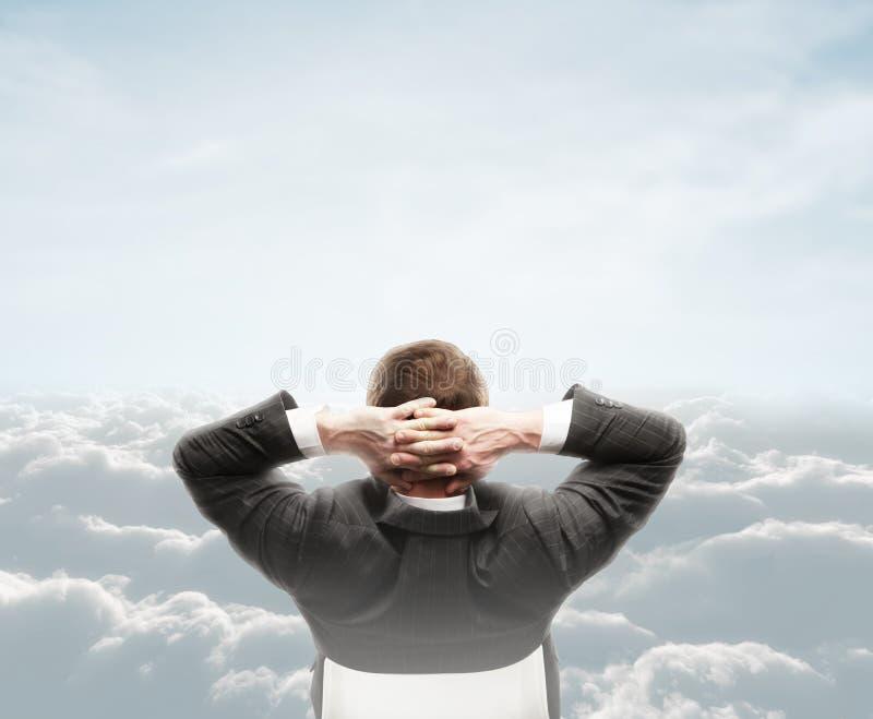 Mens die wolk bekijken stock afbeeldingen