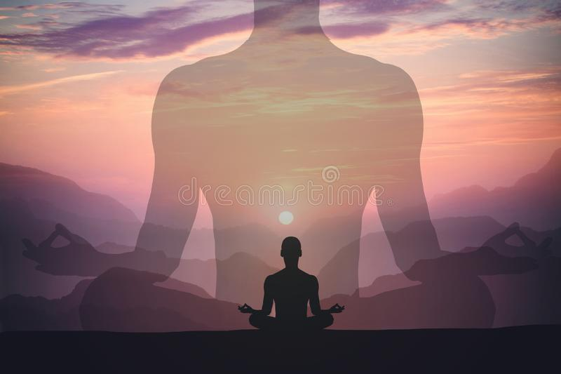 Mens die yoga mediteren bij zonsondergangbergen De ontspanningsconcept van de reislevensstijl Dubbel blootstellingsschot royalty-vrije stock foto's