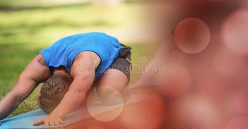 Mens die yoga in park uitvoeren stock foto