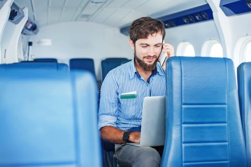 Mens die zaken in het vliegtuig doen royalty-vrije stock afbeelding