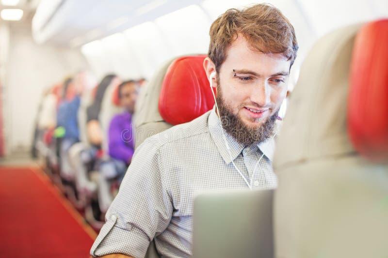 Mens die zaken in het vliegtuig doen royalty-vrije stock afbeeldingen