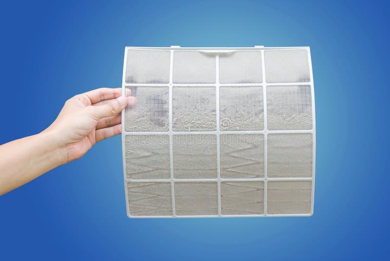 Mens die zeer vuile airconditionerfilter met het knippen van weg houden stock afbeeldingen