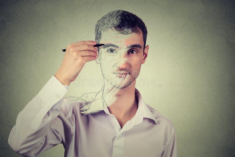 Mens die zelfportretgezicht trekken, die ware emotie verbergen Privé-leven, identiteitsconcept royalty-vrije stock foto