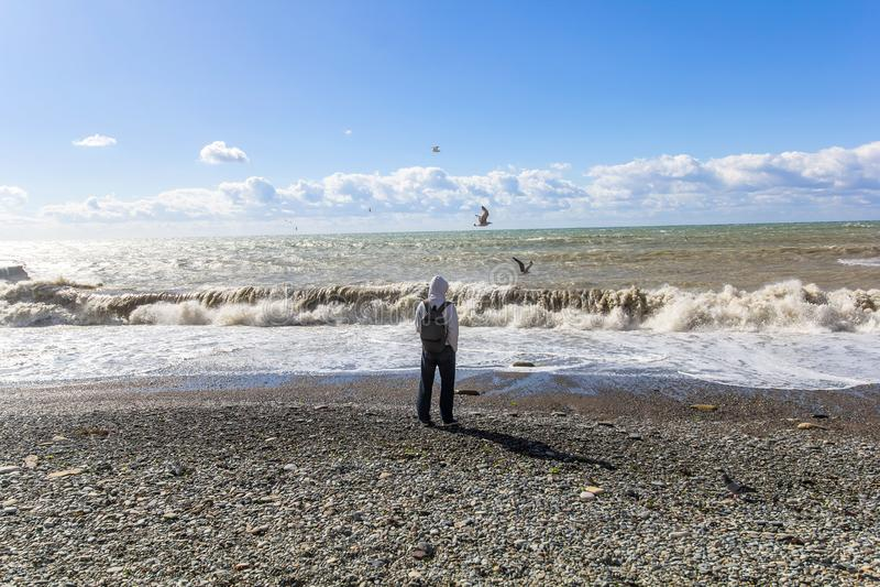 Mens die zich alleen en op de Zwarte Zee letten op bevinden royalty-vrije stock foto