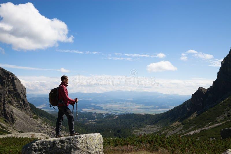 Mens die zich bij de bergbovenkant bevinden royalty-vrije stock fotografie