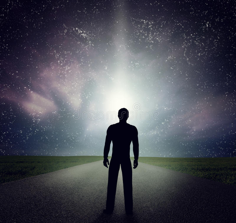 Mens die zich op de weg bevinden die sterren, hemel, heelal bekijken Droom, avontuur stock fotografie
