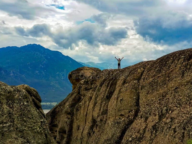 Mens die zich op een berg, Griekenland Meteora bevinden royalty-vrije stock foto