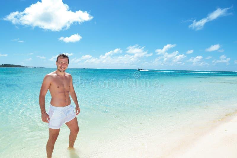 Mens die zich op het strand bevinden royalty-vrije stock fotografie