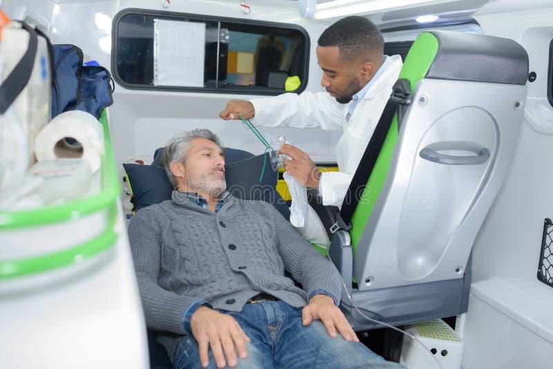 Mens die in ziekenwagen worden behandeld stock foto