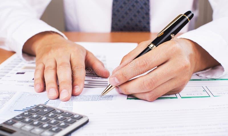 Mens die zijn boekhouding, het financiële adviseur werken doet stock afbeeldingen
