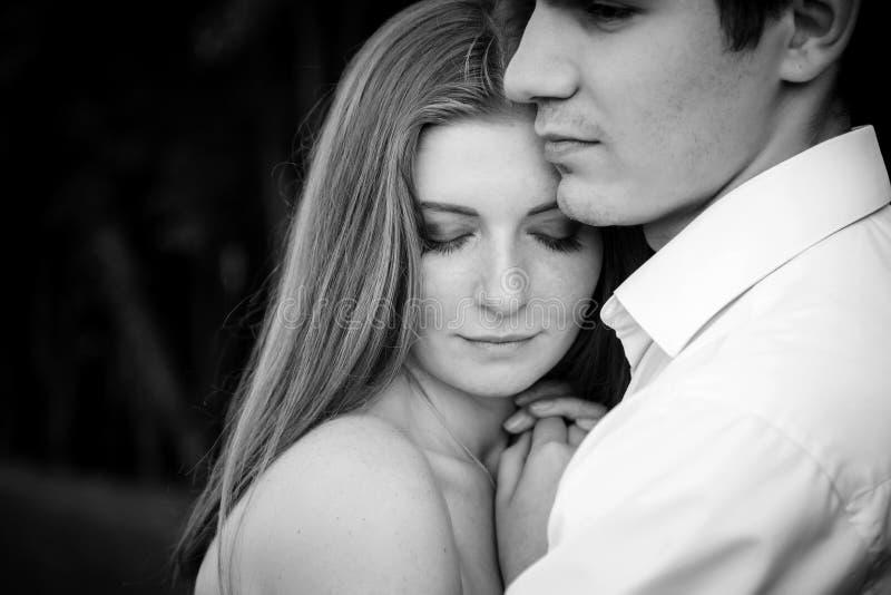 Mens die zijn droevige rouwende vriend troosten die haar omhelzen stock fotografie